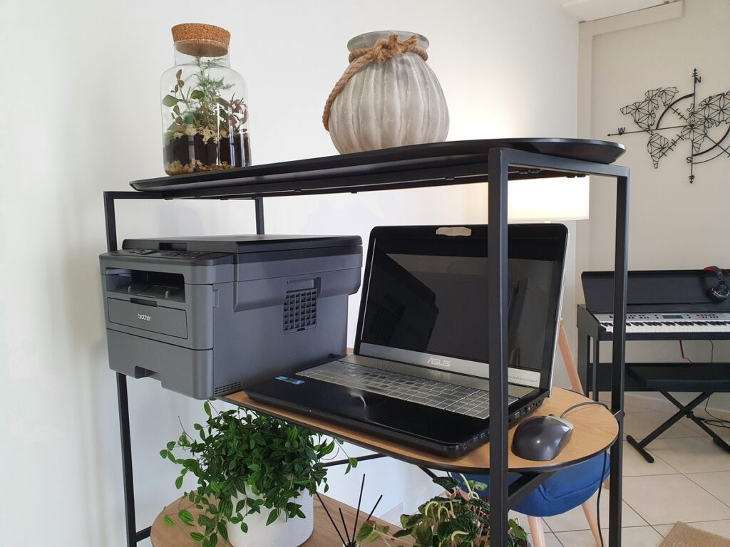 Imprimante et ordinateur à disposition des hôtes