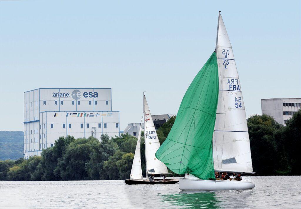 Vue Groupe Ariane de la Seine avec un voilier